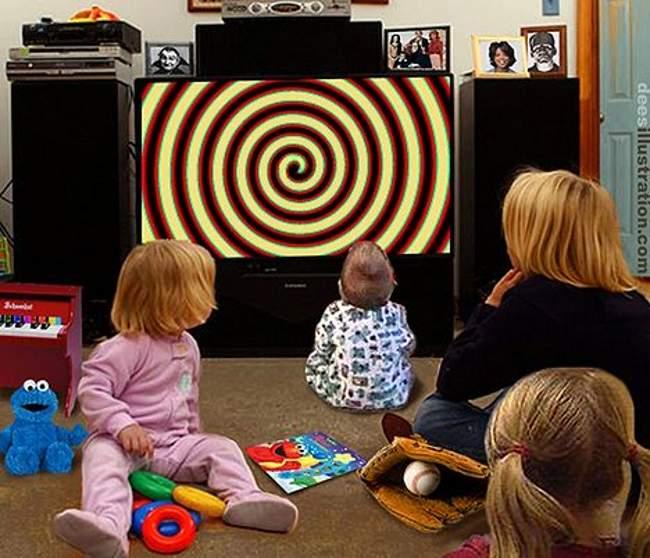 جلوس الطفل الرضيع امام التلفاز