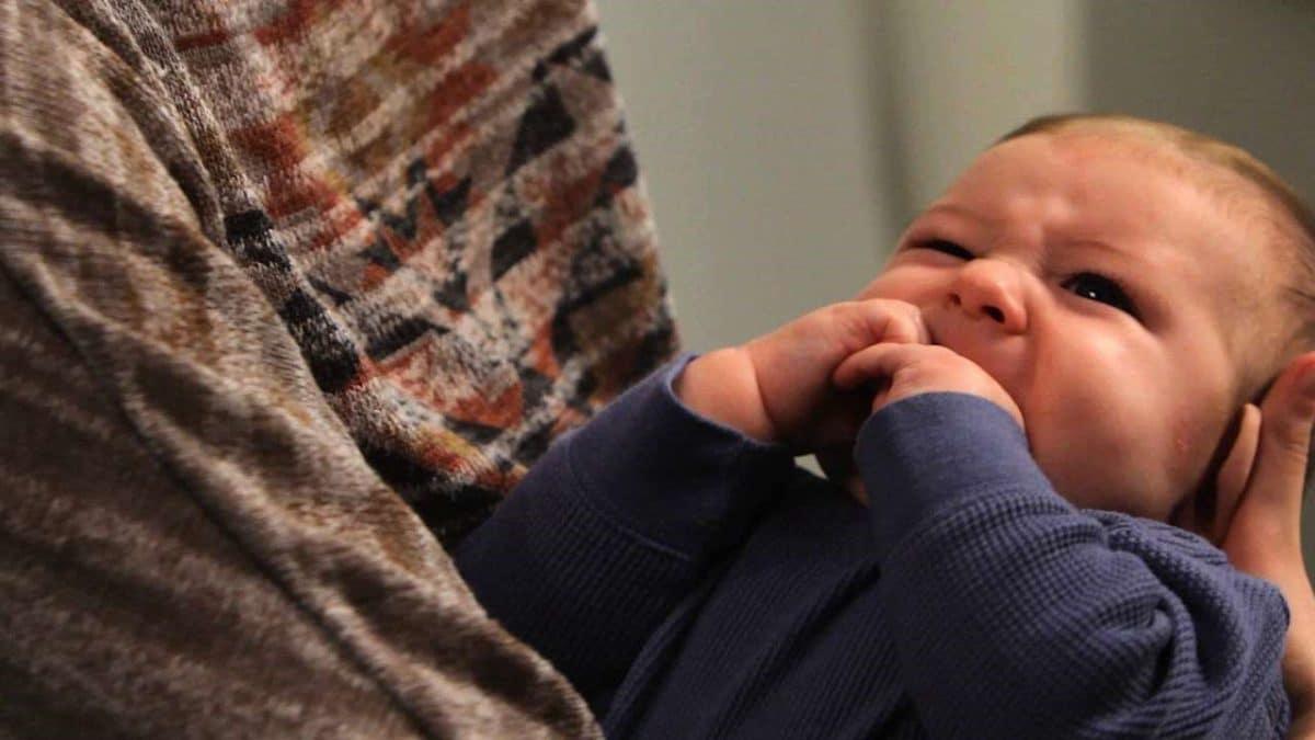 سبب بكاء الطفل الرضيع أثناء الرضاعة