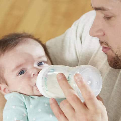 كم مل يرضع الطفل في الشهر الاول