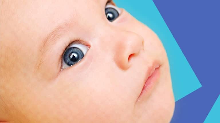 متى يثبت لون عيون الطفل